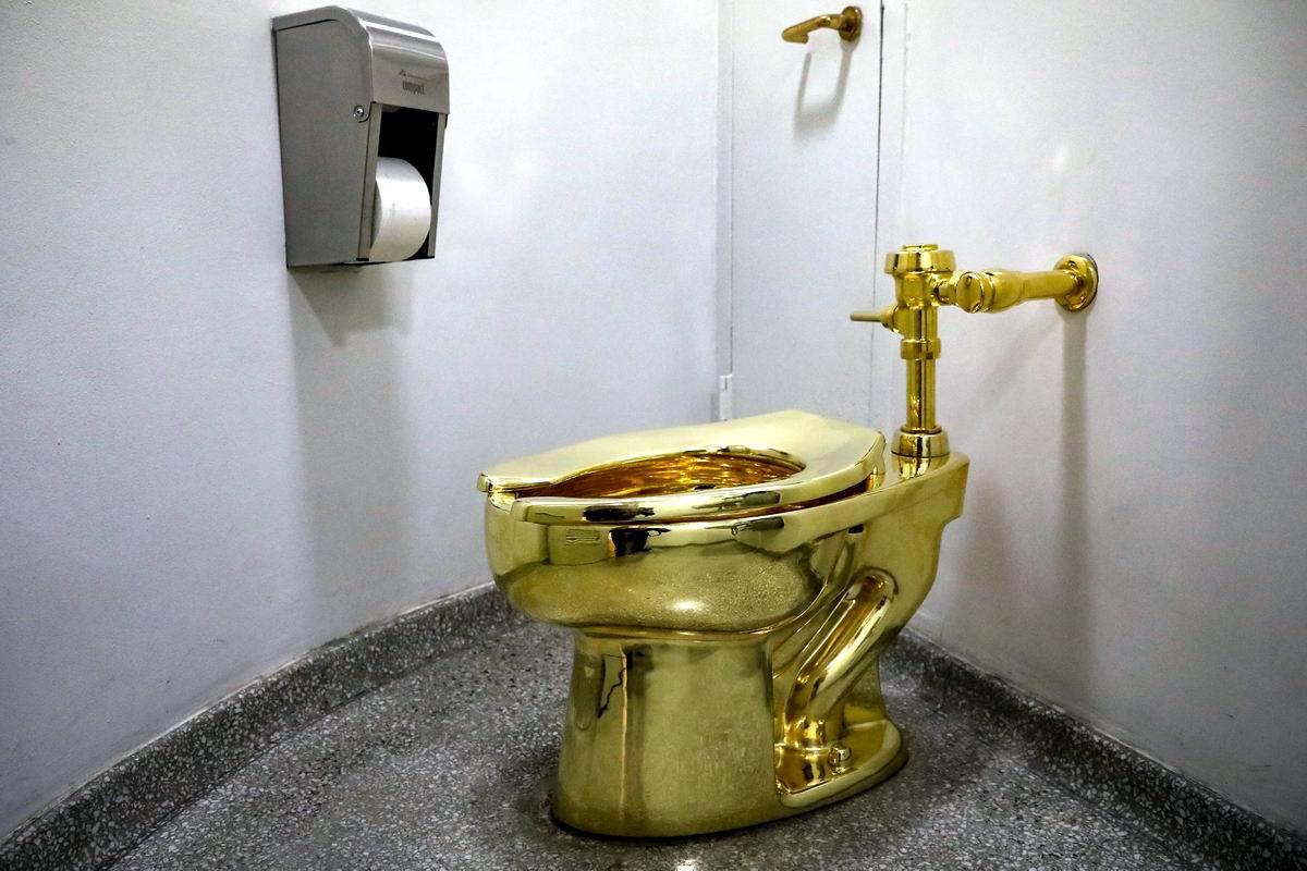 Роскошно жить не запретишь: Полнофункциональный золотой унитаз из нью-йоркского музея