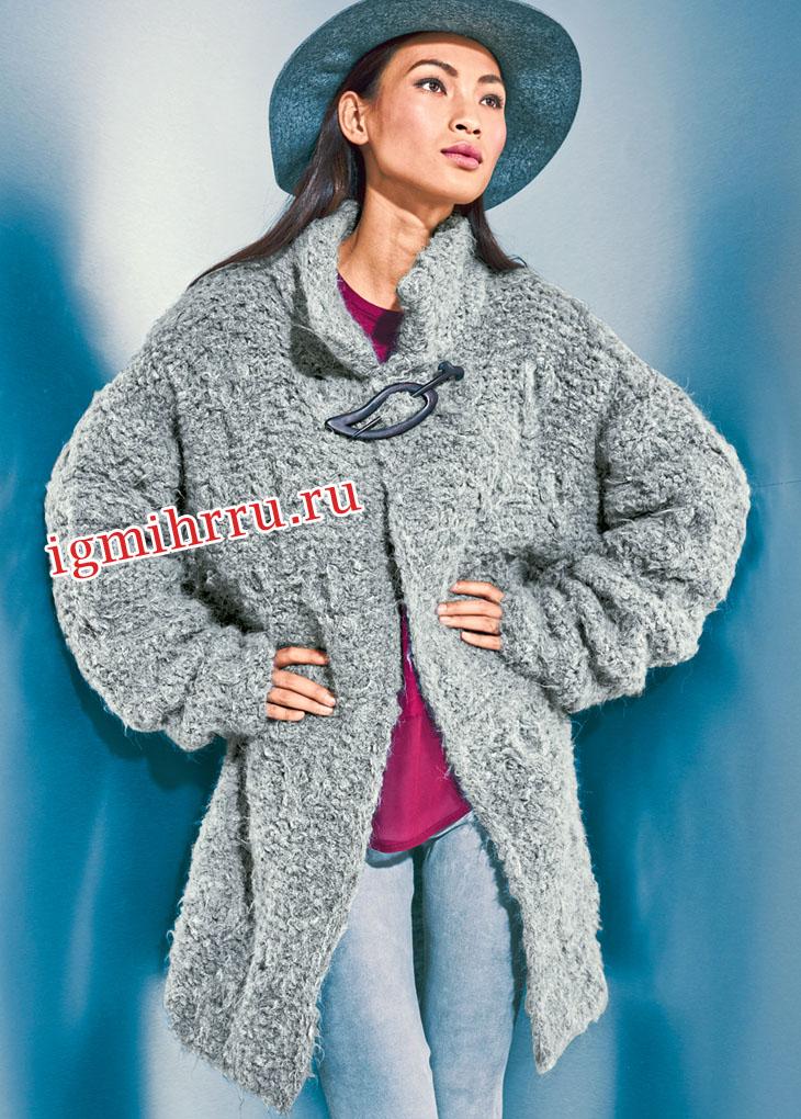 Серое свободное пальто из пряжи с длинным ворсом. Вязание спицами