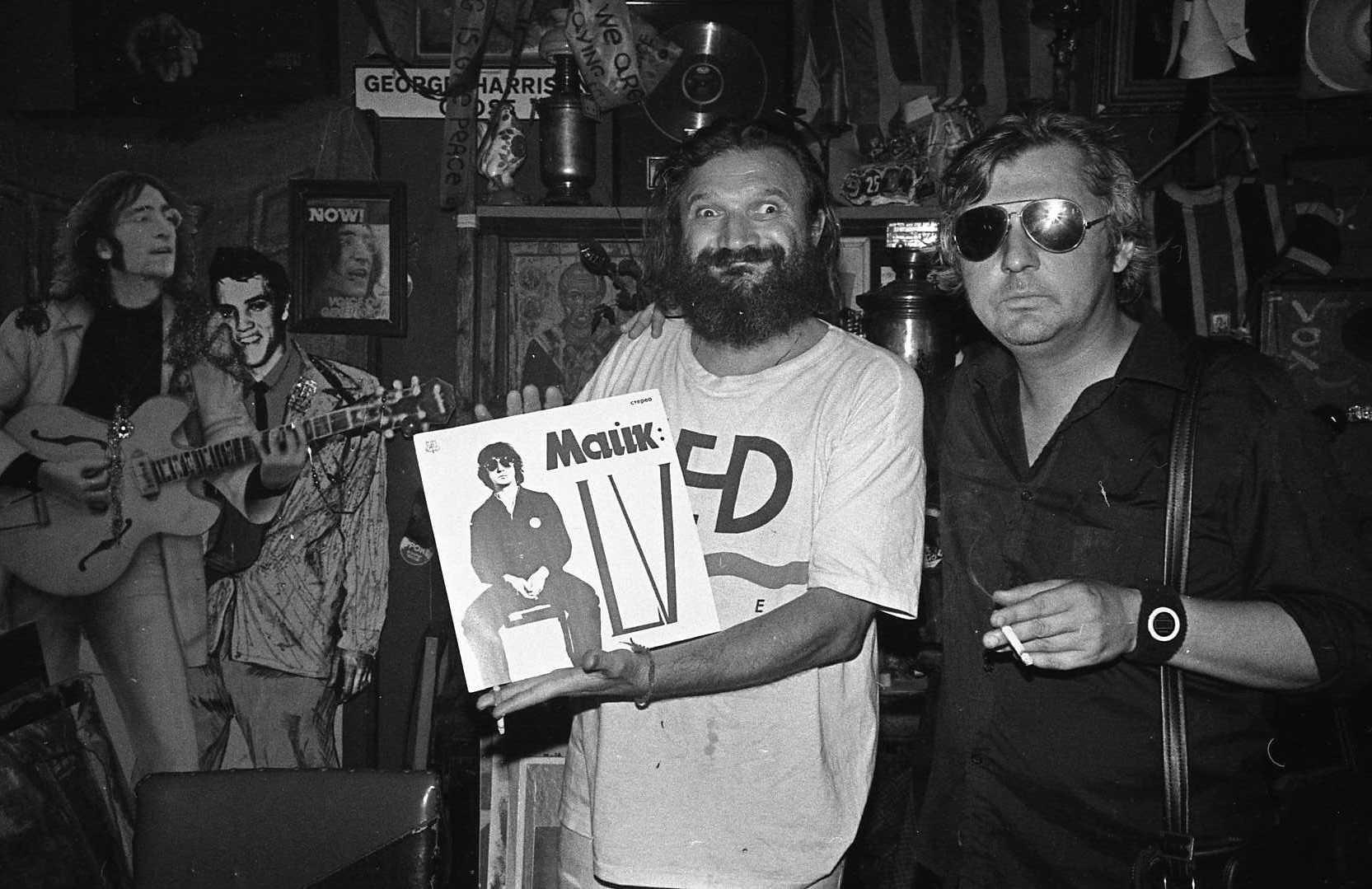 Коля Васин и Майк Науменко с только что вышедшим первым альбомом Майка за три дня до смерти Майка