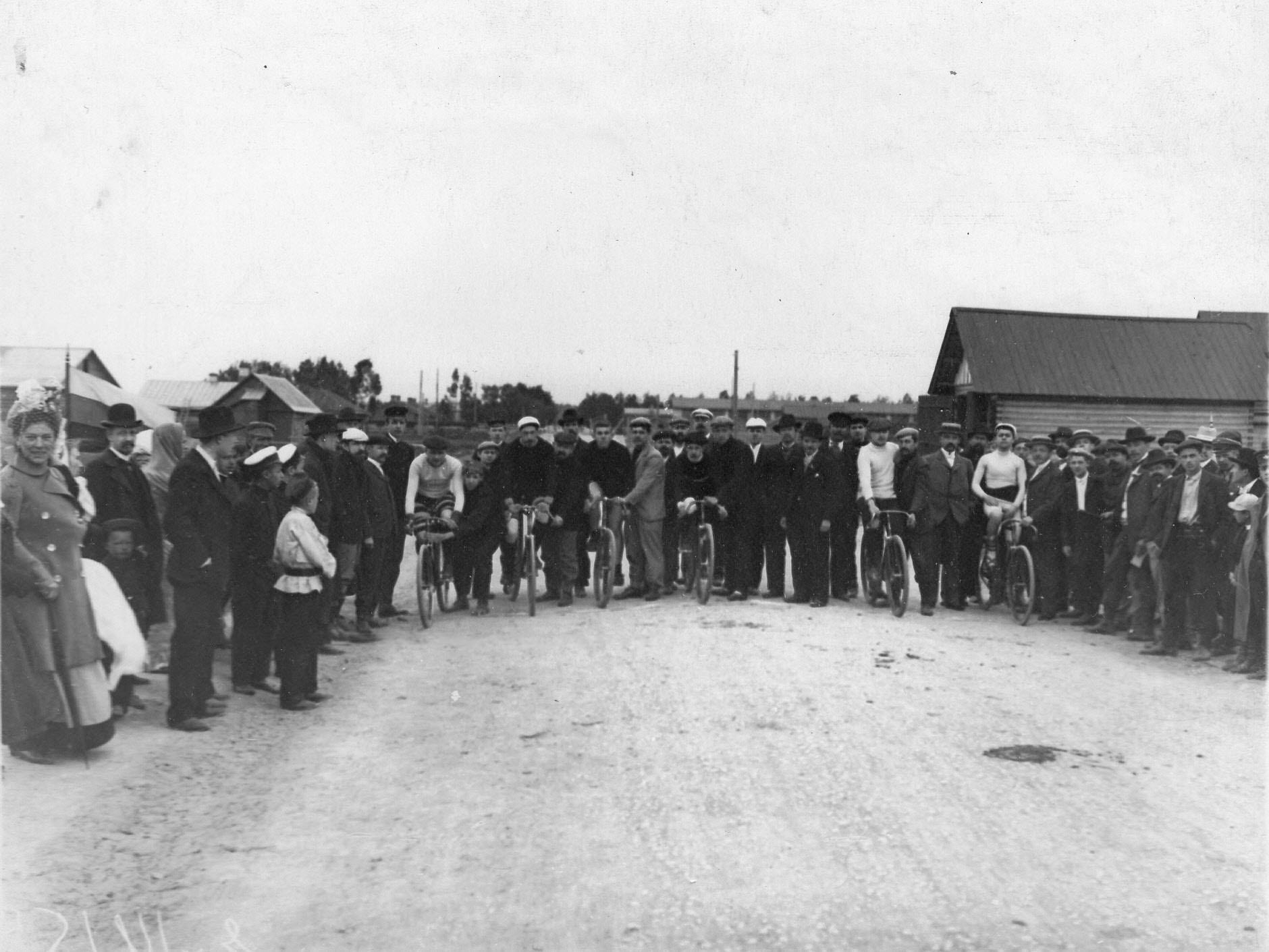 Группа велосипедистов-гонщиков во время старта