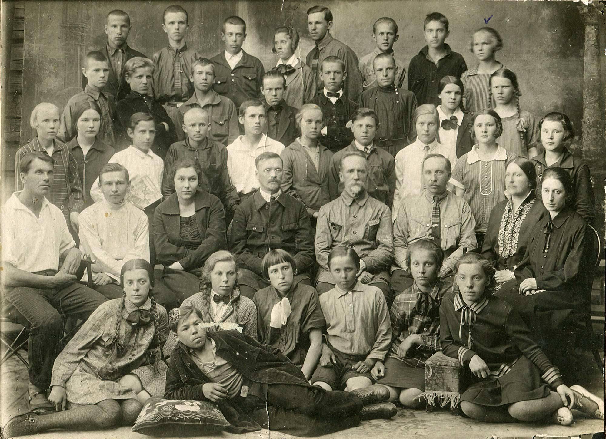 1929. Ученики и учителя 7-й группы школы №18 Пермской железной дороги при станции Пермь II