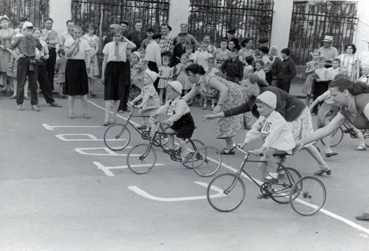 1959. II традиционные велогонки на площади перед Домом Культуры Железнодорожников