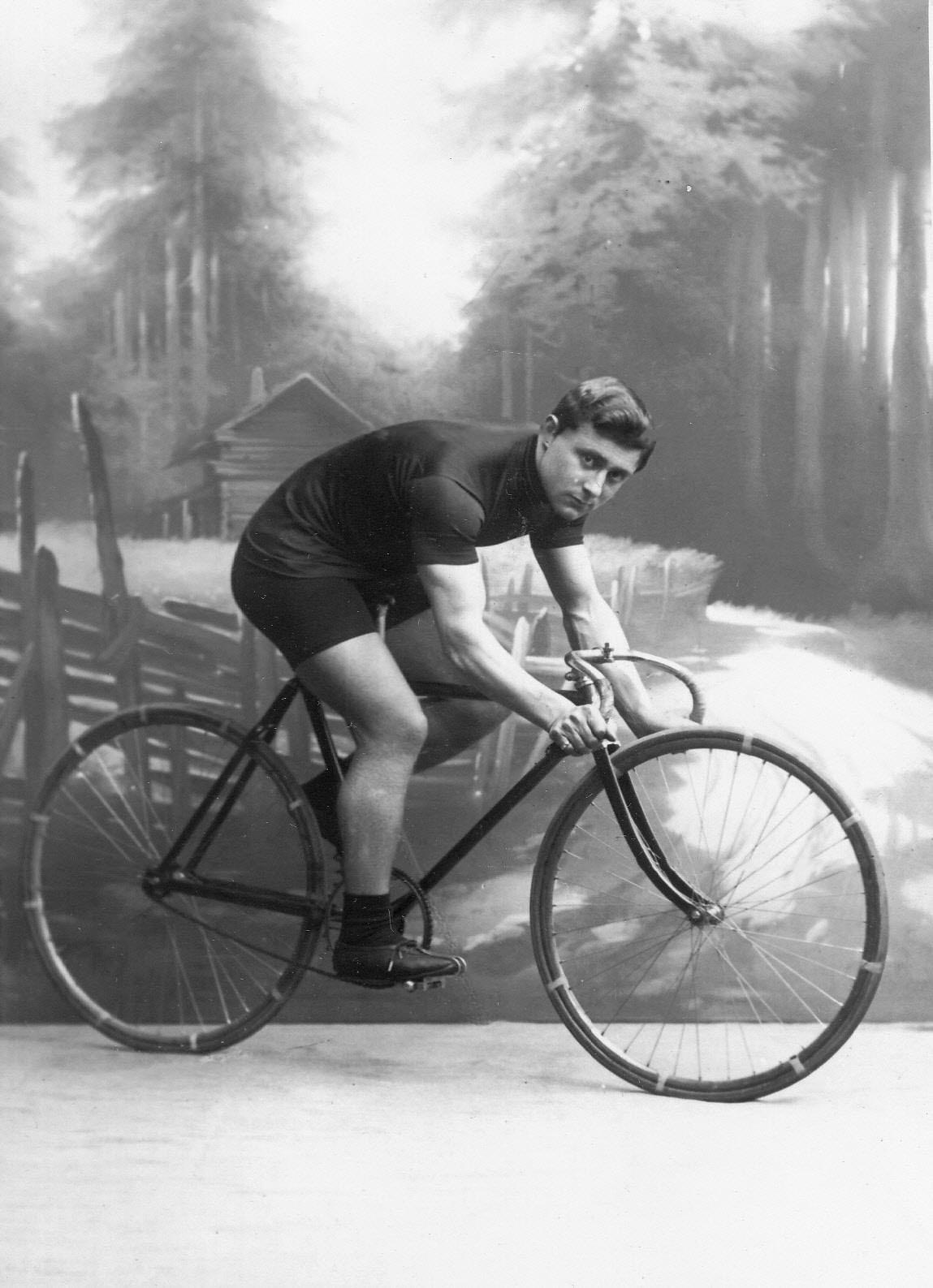 Генрих Столь, участник велогонок от США, на велосипеде. До 1915