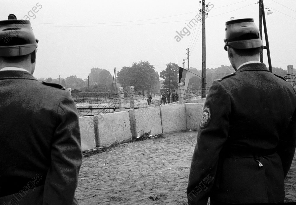 Berlin, Mauerbau / Foto 1961 - W.German police / Berlin Wall / 1961 -