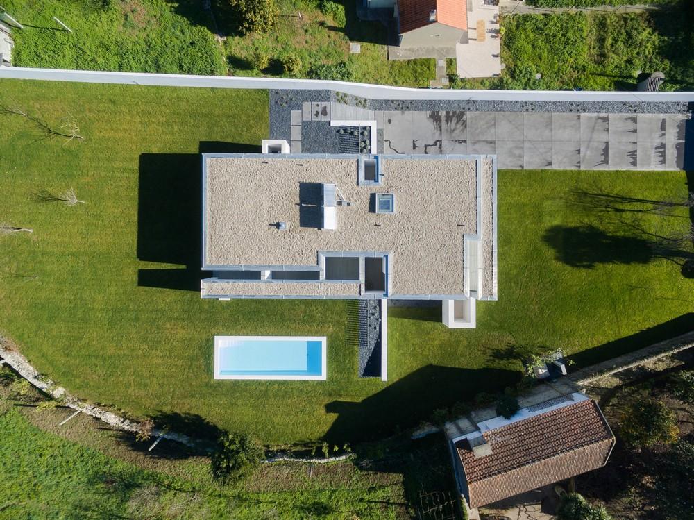 Двухэтажный современный дом в Португалии