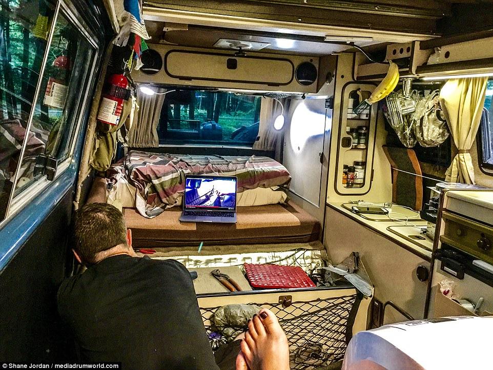Бывший трудоголик продал все имущество и отправился в путешествие с подругой на микроавтобусе