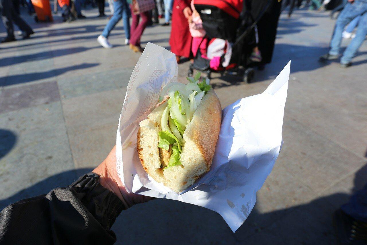 Fast food on the Eminonu square (Eminönü Meydanı), Istanbul
