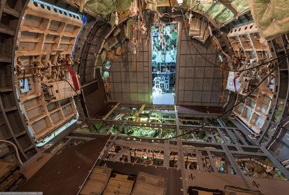 Кабина пилотов в процессе монтажа авионики. Авионика произведена французской фирмой Thales, к