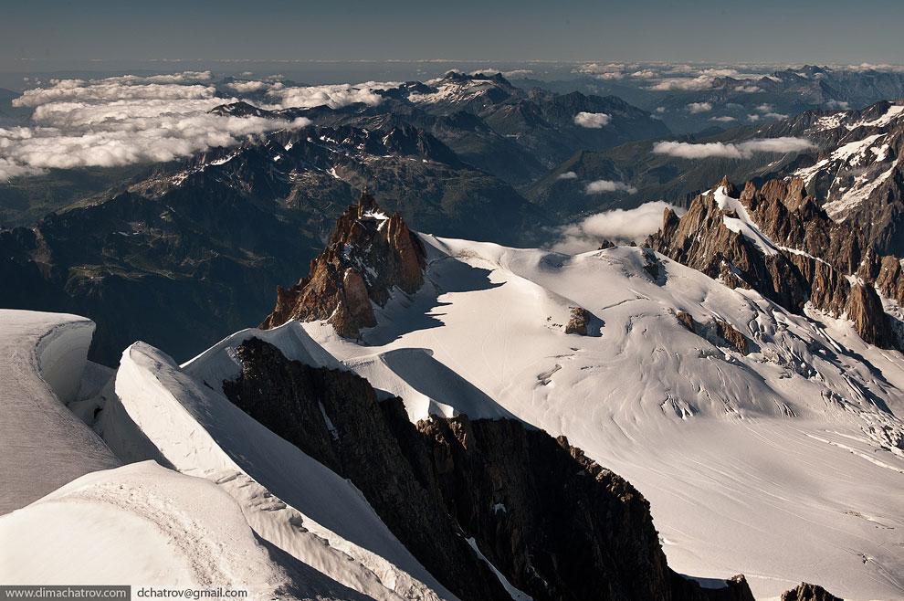 Вершина горы Монблан (4 810 метров).  Вид на Италию и Францию: