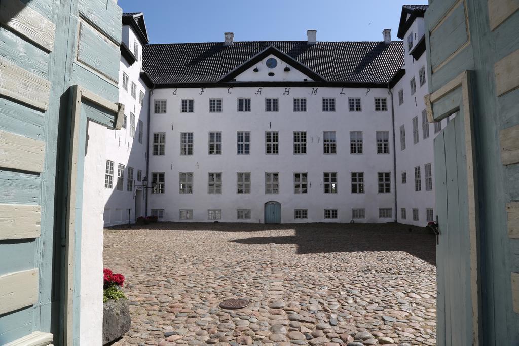 Замок XIX века, в котором разместился отель Dragsholm, славится тремя своими привидениями: дамами Се