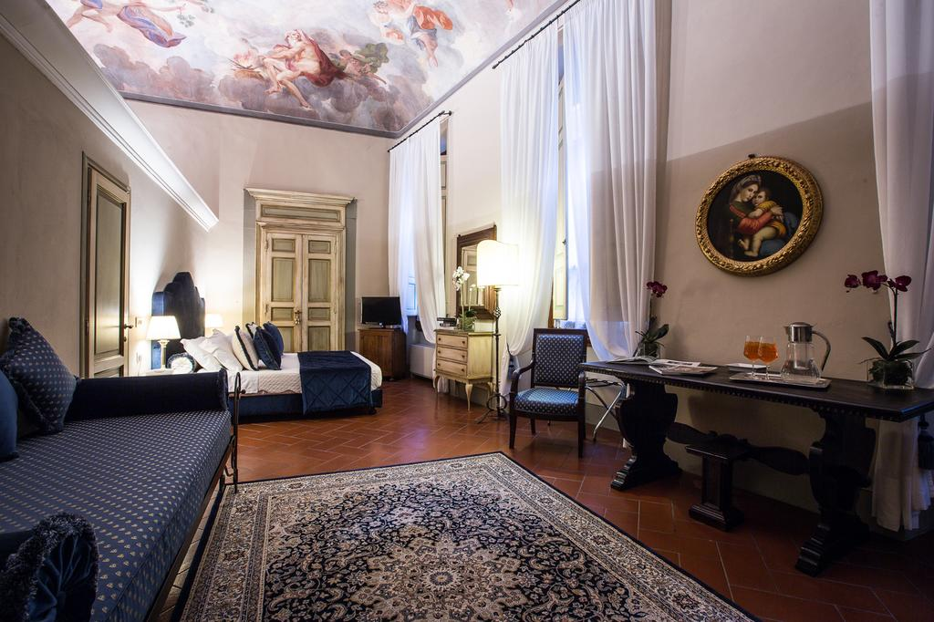 Отель Burchianti открытый двумя сестрами в 1919 году полон привидений, и его постояльцы постоянно ра