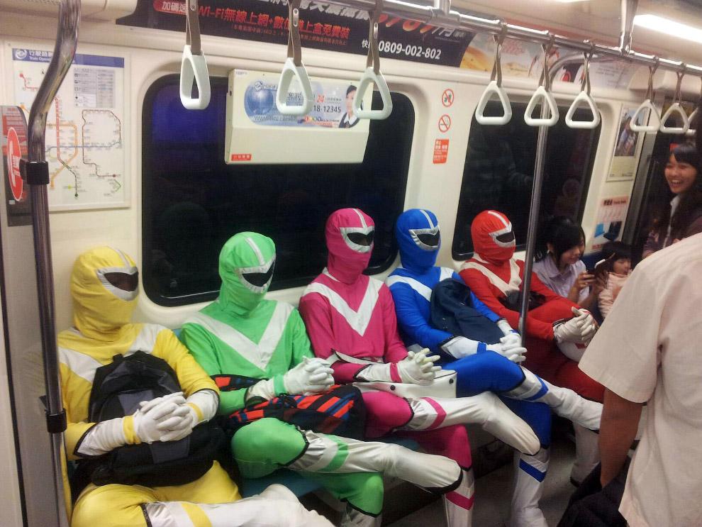 6. Слева — читает книгу «Как познакомиться с женщиной в метро».