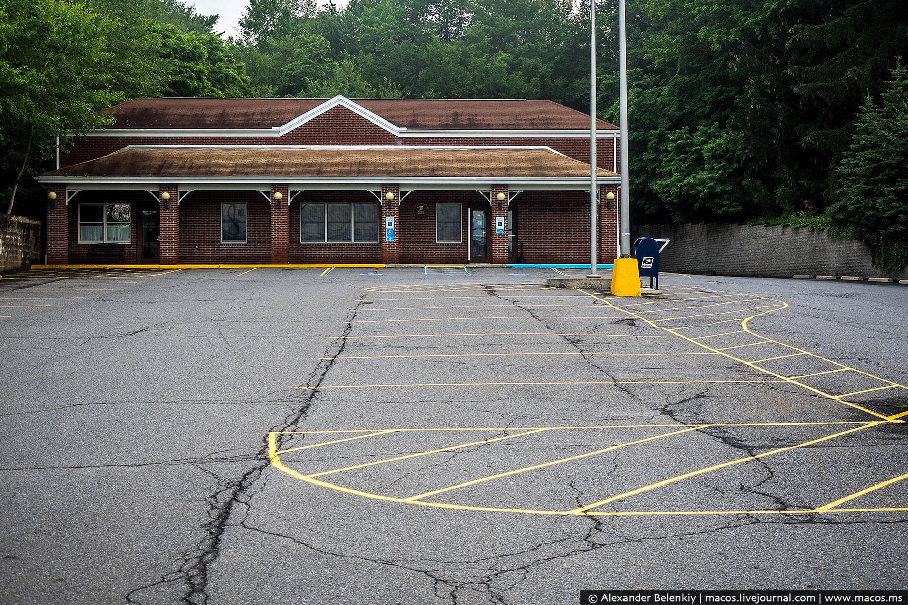 Но почта оказалась закрыта. Как и большинство других заведений, включая пожарное депо. По традиции,