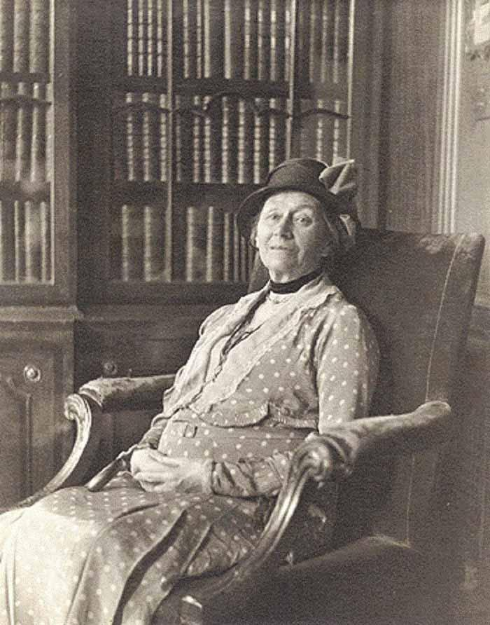 После смерти мужа в 1926 году Алиса, чтобы оплатить коммунальные счета, выставила на аукцион подарен