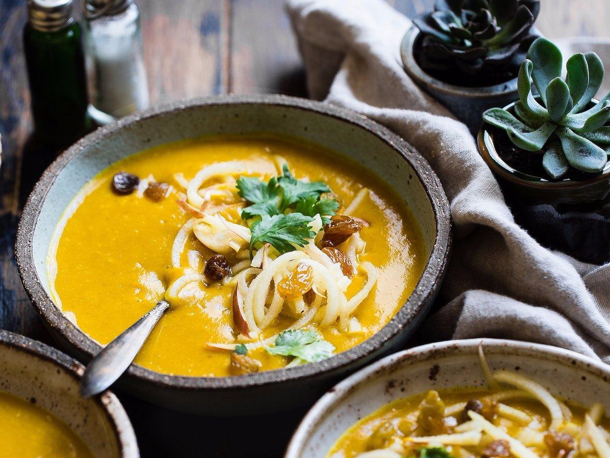 Простой овощной суп — дешевое, быстрое в приготовлении и сытное блюдо.