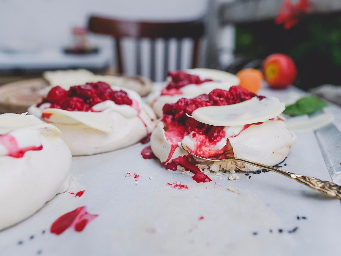 Хрустящий торт Павлова со свежими фруктами.