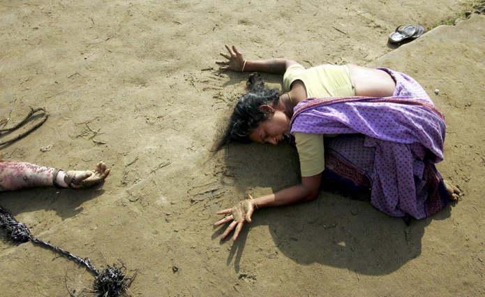 Тамилнад, Индия. Женщина оплакивает родственника, убитого во время цунами.  26 декабря 2004 год