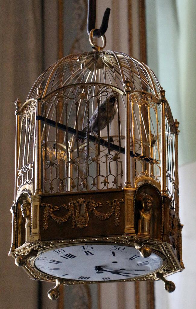 Reggia_di_caserta,_gabinetto_degli_stucchi,_orologio_a_forma_di_gabbietta_di_uccellino.JPG