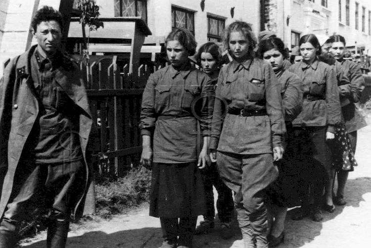 Женщины-медработники, взятые в плен под Киевом. Лагерь военнопл. 08.41.jpg