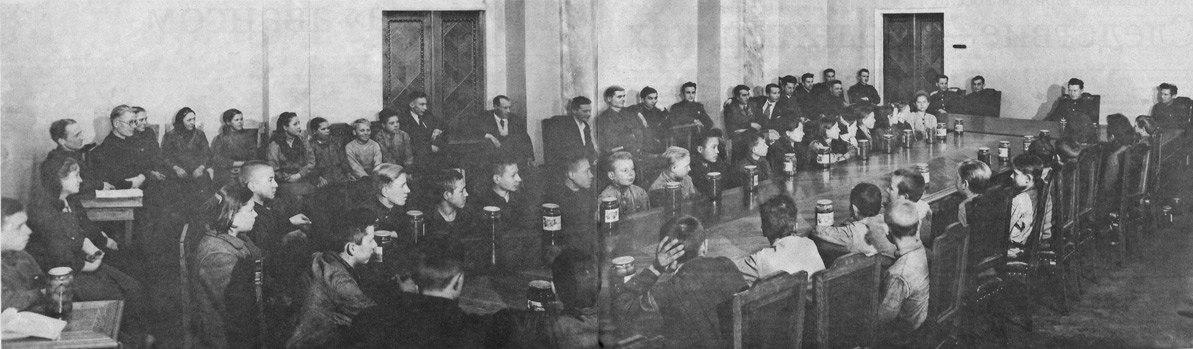 1944. Дети-передовики производства, получившие в награду за хорошую работу банку варенья в кабинете Анатолия Солдатова
