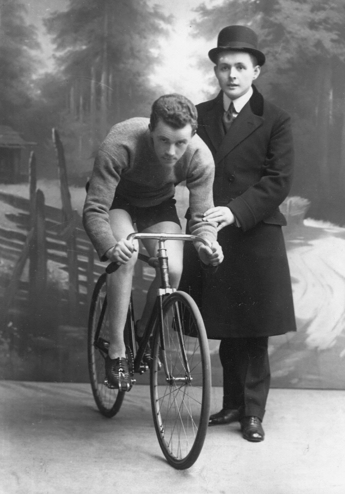 Участники велогонок гонщики Столь (США; стоит) и Войтиков (Германия; сидит на велосипеде)