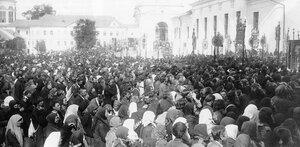 Саровская пустынь. Паломники на Соборной площади. 1903