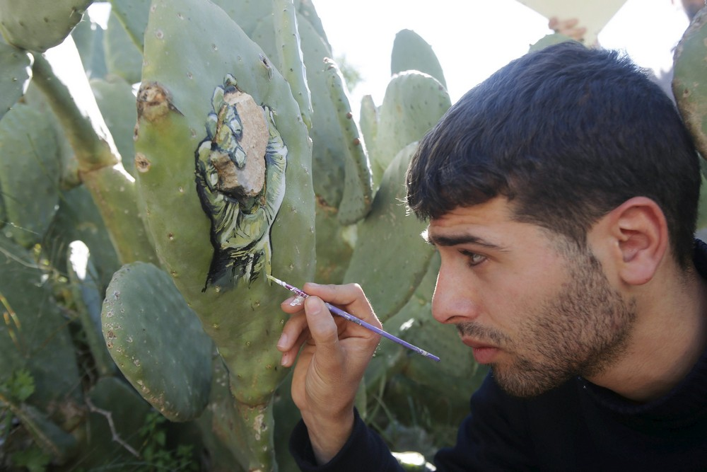 Художник пишет картины на кактусах