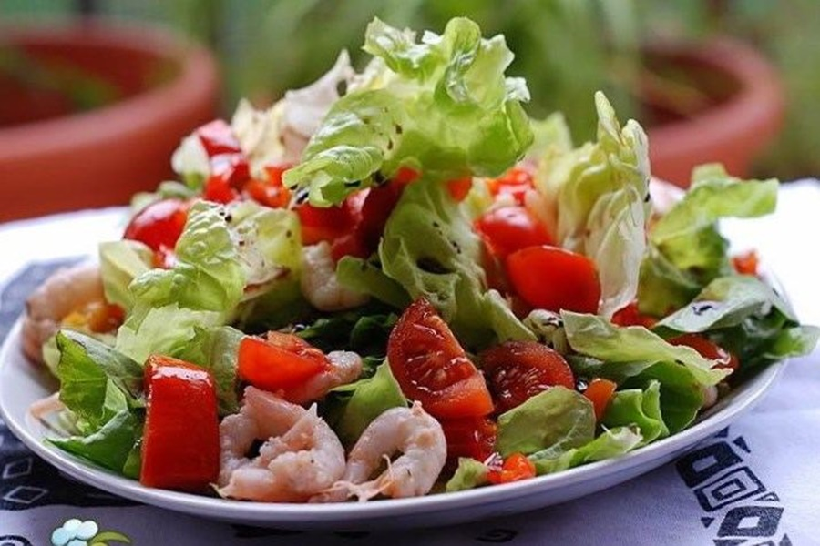 Салат из чесночных креветок и помидоров