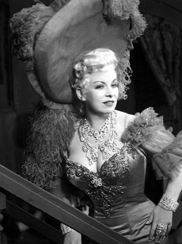 В 1932 году Мэй Уэст пригласили в Голливуд. Там она сняла фильм, написанный ею же. Сюжет не отличалс
