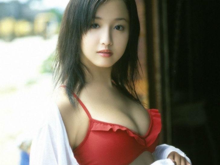 Японская модель, актриса и певица. Ее отец по происхождению японец, мать — алжирская француженка. Эр