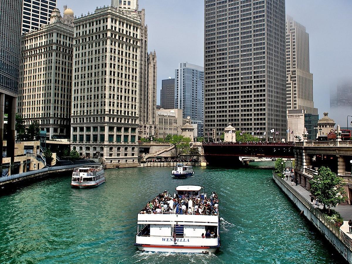 91. Совершите лодочное турне по Чикаго, чтобы посмотреть на архитектурные достопримечательности.