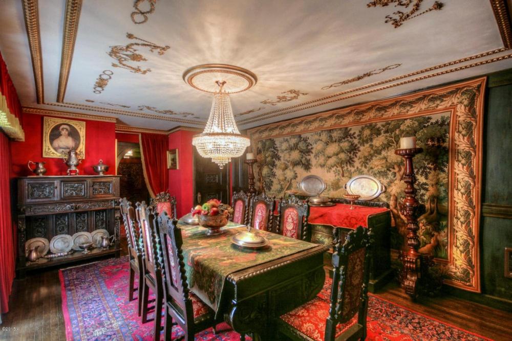 Два стула, предназначенные для почетных мест застолом, могут похвастать 400-летней историей. Осталь