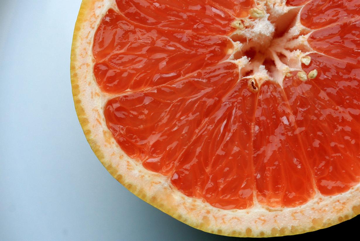 Грейпфрут способствует ускорению метаболизма, а также помогает снизить уровень холестерина. Вы м