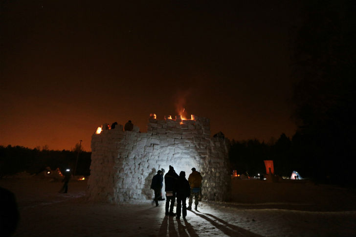 Крепость, главный символ Бакшевской масленицы, начинают строить с начала зимы, приезжая на поляну по