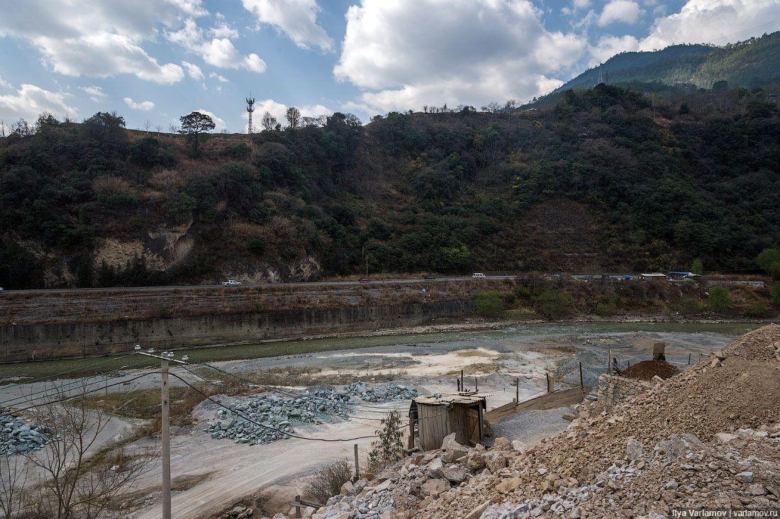 Нужно сделать нормальные бетонные набережные, укрепить русло реки, срезать лишние горы.