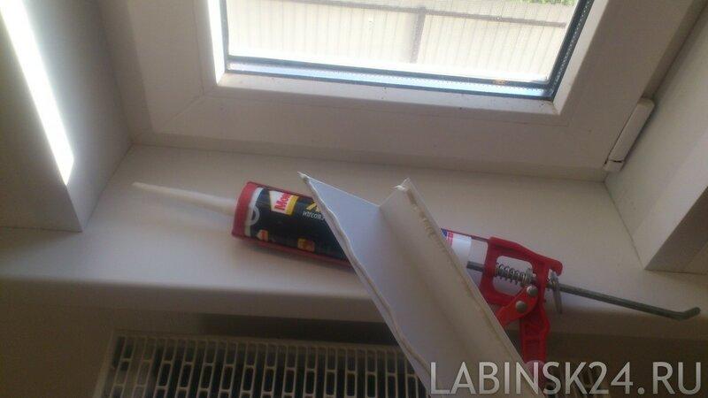 Чем приклеить пластиковый уголок для откосов