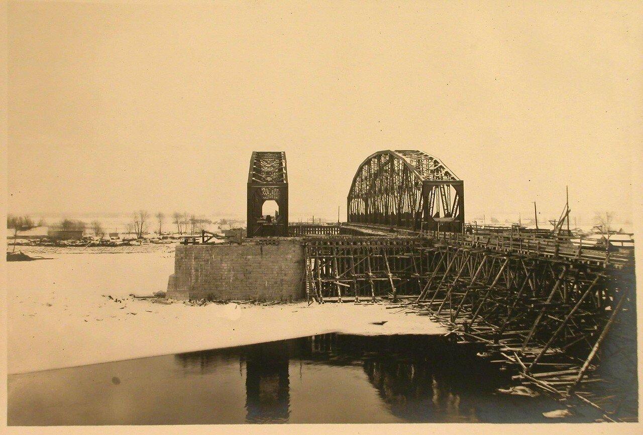 20. Вид на средний пролет моста на подмостях перед продольной накаткой