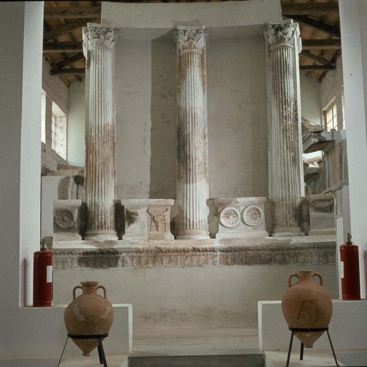 Самофракия. Музей. Колонны карниза Арсинойона начала 3-го века. до н.э.