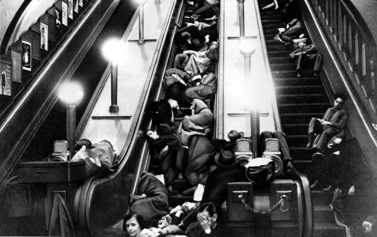 1940. Лондонцы спят на остановленных эскалаторах на станции метро