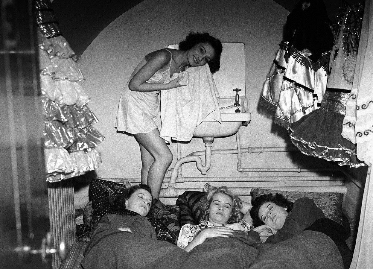 1940. Жители Лондона пережидают бомбежку на станции метро Олдвич