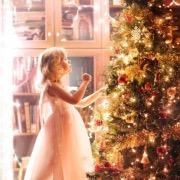 Девочка у елочки