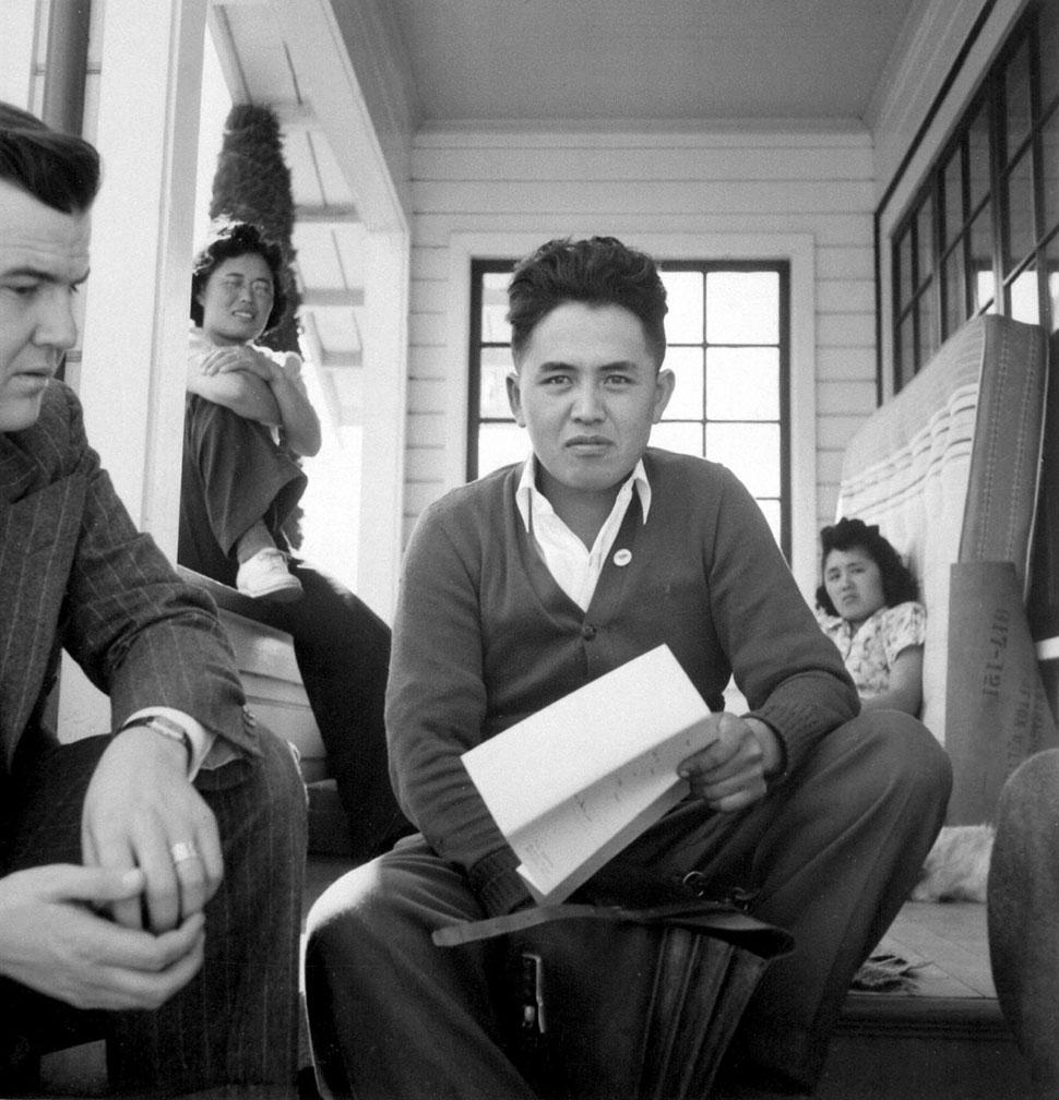 Джон Эббот, следователь комитета Толана по делам мигрантов при Конгрессе (слева), говорит с молодым
