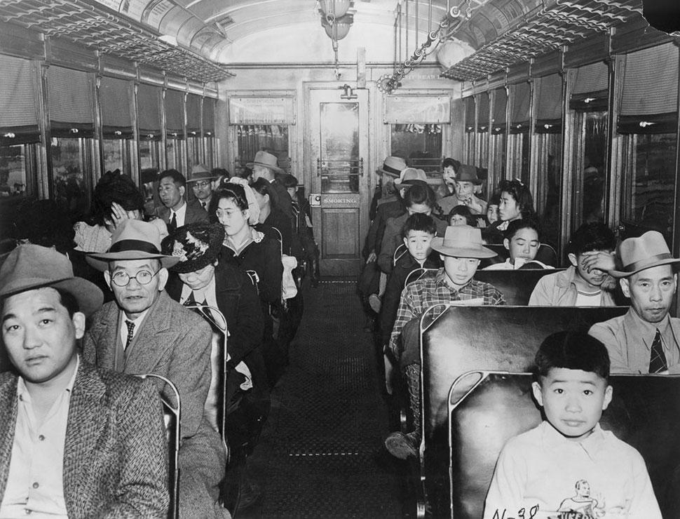 Американцы японского происхождения едут в поезде в центр сбора.