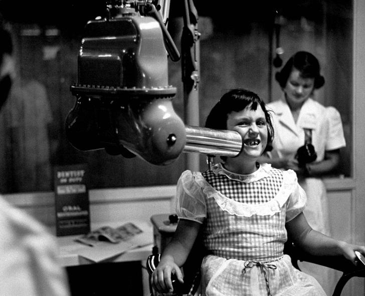 Аппарат для рентгена на выставке стоматологической ассоциации, Калифорния, 1953.