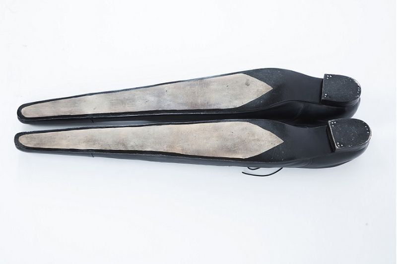 Теперь мужчины могут смело мериться и длиной собственной обуви. Деревянные кроссовки