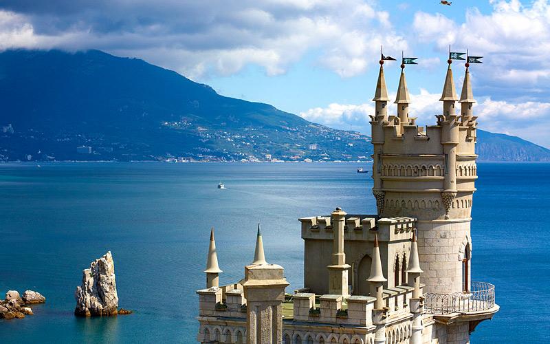 Ласточкино гнездо Этот грозно выглядящий готический замок, расположенный на самом утесе, на с