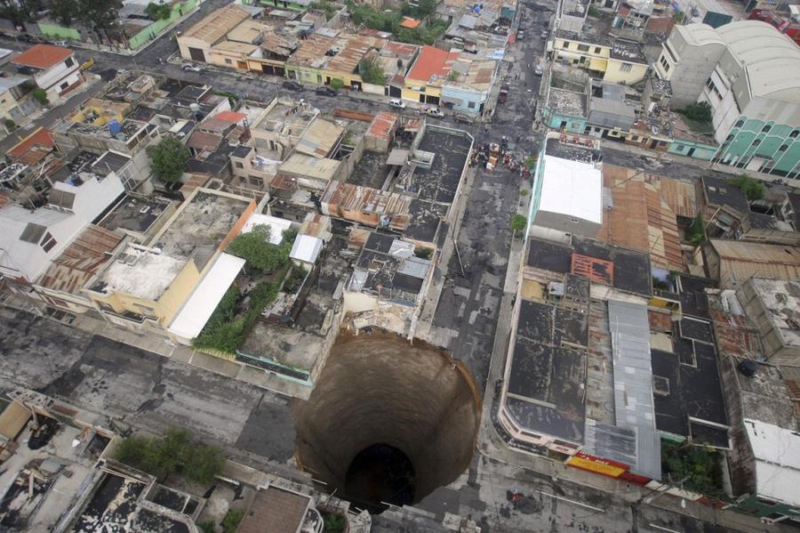 11. Огромная карстовая воронка в городе Гватемала, 31 мая 2010 года.