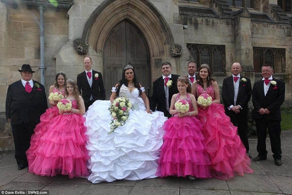 Подружкам невесты тоже повезло — невеста придумала для них скромную копию своего платья, только ярко