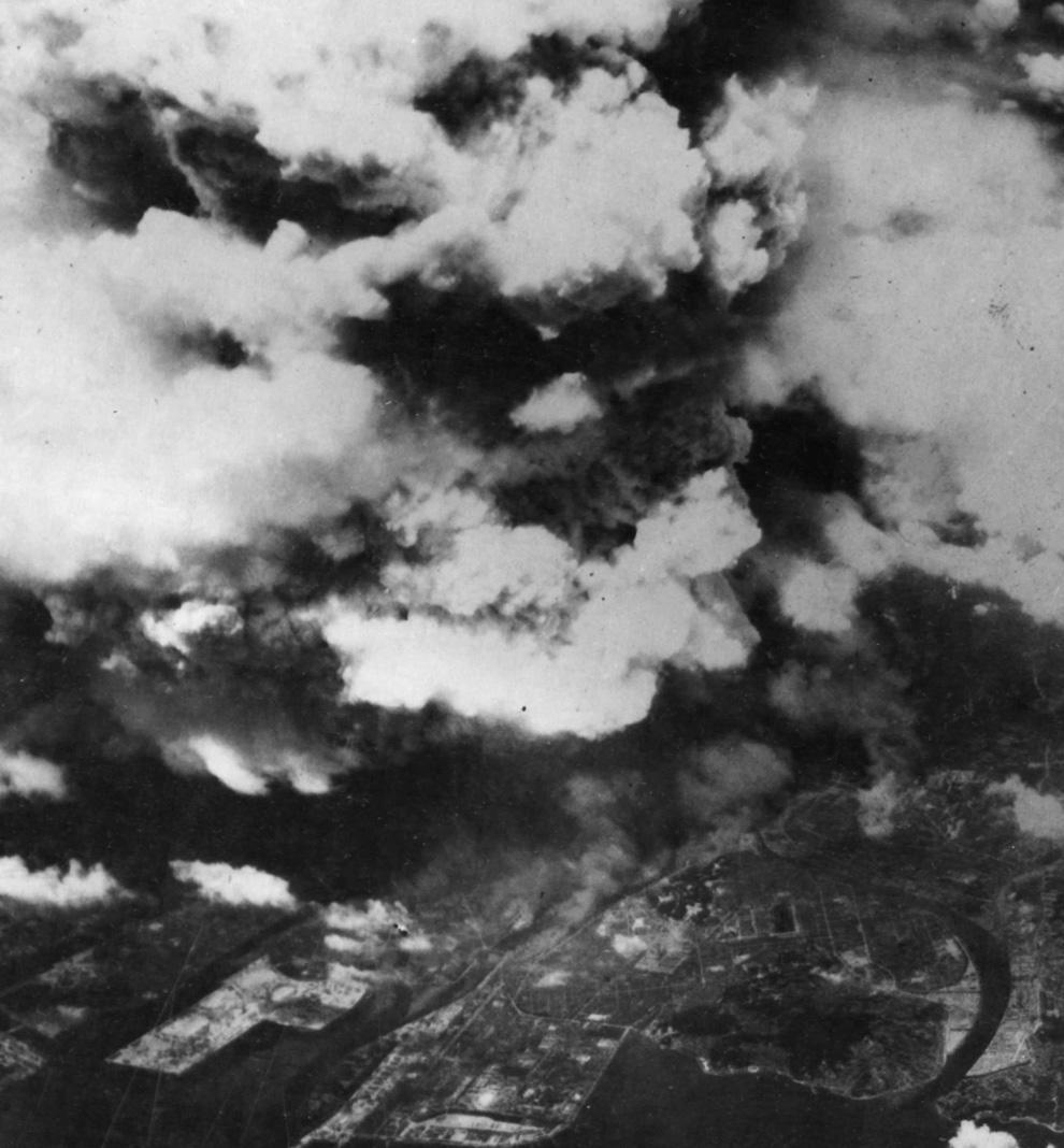 7. Фото, сделанное из одного из двух американских бомбардировщиков 509-й сводной группы, вскоре посл