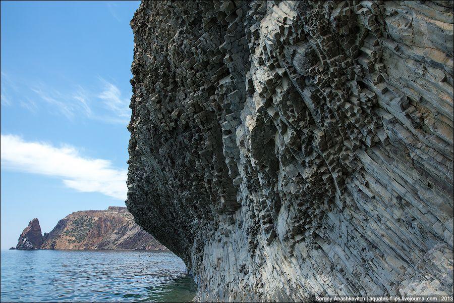 Нависания каменных трубок над морем.